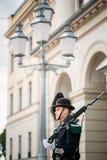 Protetor real que guarda Royal Palace em Oslo, Noruega Foto de Stock