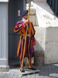 Protetor suíço na parte externa uniforme da basílica do ` s de St Peter fotos de stock
