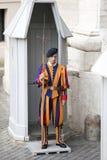 Protetor suíço no dever em St Peter o 24 de maio de 2011 no museu do Vaticano, Roma, Itália Foto de Stock Royalty Free