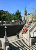 Protetores do pé em escadas da ponte da plaza imagem de stock