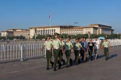 Protetores que marcham na Praça de Tiananmen, na cidade do Pequim, em China Foto de Stock Royalty Free
