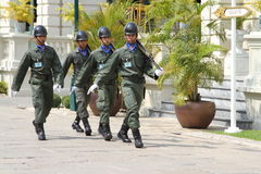 Protetores reais tailandeses que marcham no palácio grande real, Banguecoque Fotografia de Stock Royalty Free