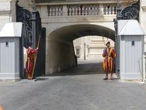Protetores suíços na parte externa uniforme do túnel na basílica do ` s de St Peter fotografia de stock royalty free