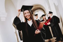 protezione abiti laureato Ragazza asiatica felice standing fotografia stock libera da diritti