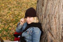 Protezione da portare e sciarpa della giovane donna Fotografia Stock Libera da Diritti