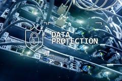 Protezione dei dati, sicurezza cyber, segretezza di informazioni Concetto di tecnologia e di Internet Fondo della stanza del serv immagini stock