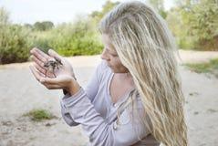 Protezione dell'ambiente Gabbiani del pulcino nelle mani delle donne Immagini Stock