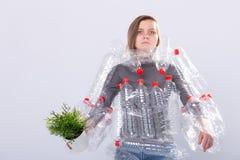 Protezione dell'ambiente, la gente e concetto di plastica riciclabile - donna esaurita interessata dal disastro dell'ambiente fotografia stock