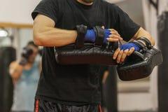 Protezione della mano dei weartts dell'atleta del pugile nell'addestramento immagine stock libera da diritti