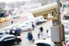 Protezione e sicurezza urbana Macchina fotografica o sorveglianza del CCTV che funziona nella città immagine stock libera da diritti