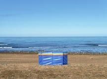 Protezione frangivento sulla spiaggia abbandonata Immagini Stock