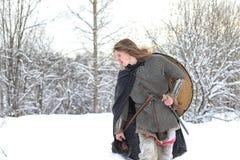 Protezione il giovane guerriero in armatura della posta fotografia stock libera da diritti