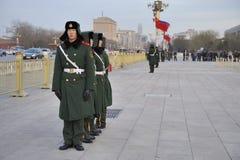 Protezioni dei militari davanti alla città severa Immagini Stock Libere da Diritti