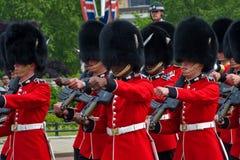 Protezioni del granatiere che marciano a Londra Fotografia Stock Libera da Diritti