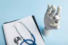 Prothèse artificielle pour le handicapé avec le bras amputé photo stock