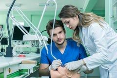 Prothèse dentaire, dentiers, travail de prosthétique Mains de prosthétique tout en travaillant au dentier, aux dents fausses, à u Images stock