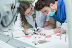 Prothèse dentaire, dentiers, travail de prosthétique Mains de prosthétique tout en travaillant au dentier, aux dents fausses, à u Images libres de droits