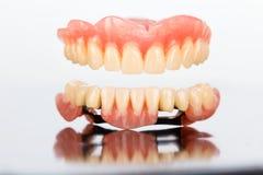 Prothèse dentaire supérieure et inférieure images stock