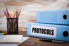 Protokoły, Biurowy segregator na Drewnianym biurku Na stołowym barwionym pe zdjęcie royalty free