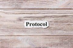 PROTOKOLL des Wortes auf Papier Konzept Wörter des PROTOKOLLS auf einem hölzernen Hintergrund Stockfotos