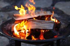 Protokolle, die in einer Feuer-Grube brennen Stockfotos