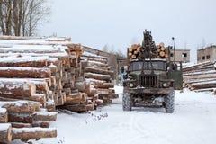 Protokollieren Sie Laderspur mit Bauholz im Bauholztausendstel stockfotos