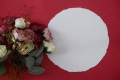 Prototype Witboek met ruimte voor tekst of beeld op rode achtergrond en bloem royalty-vrije stock afbeeldingen