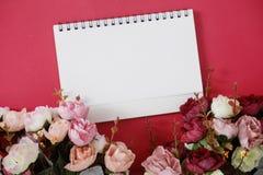 Prototype Witboek met ruimte voor tekst of beeld op rode achtergrond en bloem stock foto's