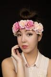 Protrait adolescente americano asiático de la muchacha con las flores rosadas Fotografía de archivo