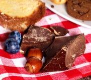 Protuberância do chocolate com biscoito e cookie do mirtilo no piquenique imagens de stock
