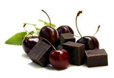Protuberância preta do chocolate e grande cereja escura isoladas no branco imagem de stock royalty free