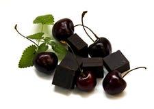 Protuberância preta do chocolate e grande cereja escura isoladas no branco fotografia de stock royalty free