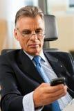 Protuberancia en su oficina que controla email Imagen de archivo