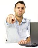 Protuberancia enojada delante de su computadora portátil Fotos de archivo libres de regalías