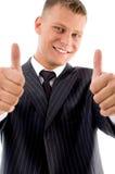 Protuberancia hermosa sonriente que muestra el pulgar para arriba fotos de archivo