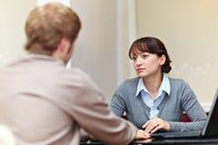 Protuberancia que habla con su empleado Foto de archivo libre de regalías