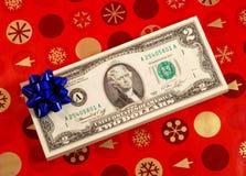 Proue bleue sur une pile de billets de deux dollars Images stock