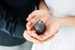 Proue d'étoile bleue avec la bande bleue (enveloppe de cadeau) sur le fond blanc Jeunes mariés tenant des anneaux dans des mains Photographie stock libre de droits