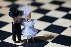 Proue d'étoile bleue avec la bande bleue (enveloppe de cadeau) sur le fond blanc Pinces à linge : couples romantiques Mariée et m Photos libres de droits