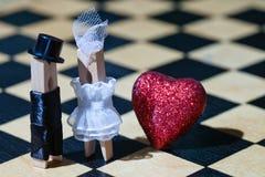 Proue d'étoile bleue avec la bande bleue (enveloppe de cadeau) sur le fond blanc Pinces à linge : couples romantiques Mariée et m Image libre de droits