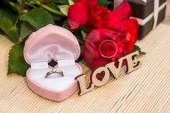 Proue d'étoile bleue avec la bande bleue (enveloppe de cadeau) sur le fond blanc amour des textes avec des anneaux de mariage Image libre de droits