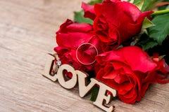 Proue d'étoile bleue avec la bande bleue (enveloppe de cadeau) sur le fond blanc amour des textes avec des anneaux de mariage, bo Photographie stock