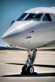 Proue d'avion dans l'aéroport Images libres de droits