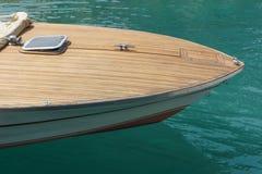 Proue d'un canot automobile dans un port Image libre de droits