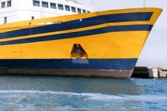Proue de bateau dans des couleurs jaunes et bleues colorées Photos stock