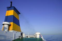 Proue de bateau dans des couleurs jaunes et bleues colorées Photographie stock