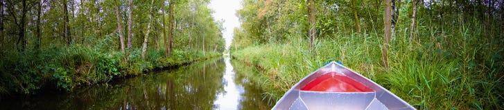 Proue de bateau sur le fleuve Photo libre de droits
