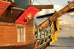 Proue de vieux bateau et de Vessrl moderne à l'horizon de mer Images libres de droits