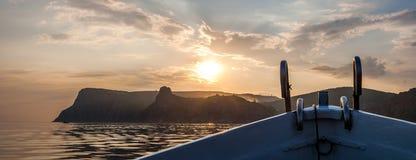 Proue du bateau approchant le rivage au coucher du soleil images libres de droits