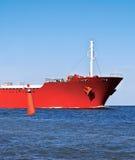 Proue du bateau rouge dans l'océan et une bouée rouge. Photographie stock
